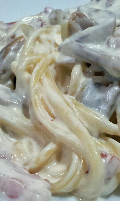 Espaguetis carbonara con champiñón y bacon