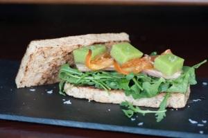 Baserri: Sandwich multicereal con rúcula, gelatina de pepino, pimiento y ventrsca de atún