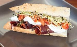 El Camarero Fiel: Pan de olivas negras con salsa d etomate natural con albahaca, brotes de cebolla, queso de búfala y cecina de potro