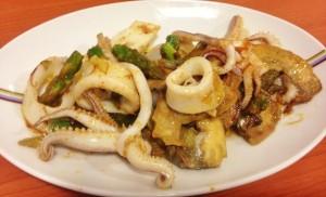 Calamares con alcachofas y trigueros